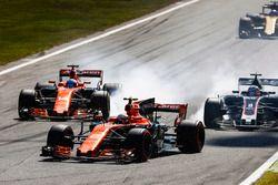 Stoffel Vandoorne, McLaren MCL32, Fernando Alonso, McLaren MCL32, Romain Grosjean, Haas F1 Team VF-1