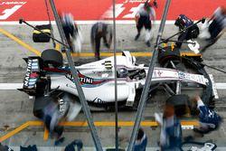 Lance Stroll, Williams FW40, effectue un arrêt au stand