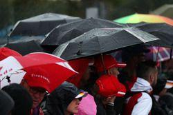Des fans et des parapluies
