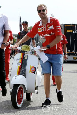 Sebastian Vettel, Ferrari mit Vespa Scooter, Ferrari-Lackierung