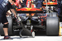 Max Verstappen, Red Bull Racing RB13 rear and jack