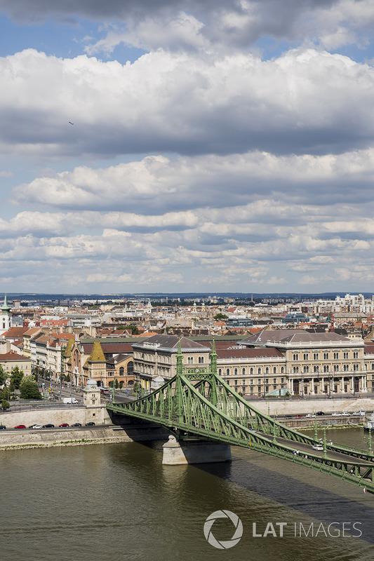 جسر الحرية ونهر الدانوب