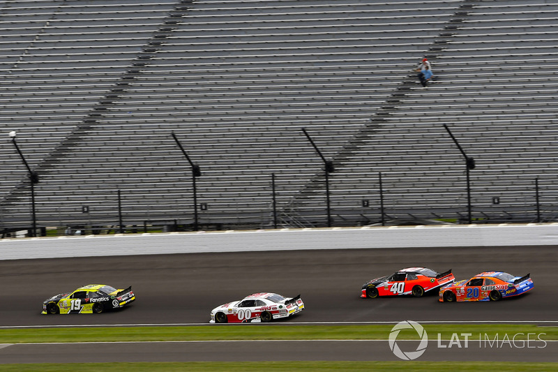 Matt Tifft, Joe Gibbs Racing Toyota y Cole Custer, Stewart-Haas Racing Ford