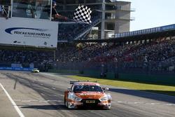 Drapeau à damiers pour Jamie Green, Audi Sport Team Rosberg, Audi RS 5 DTM
