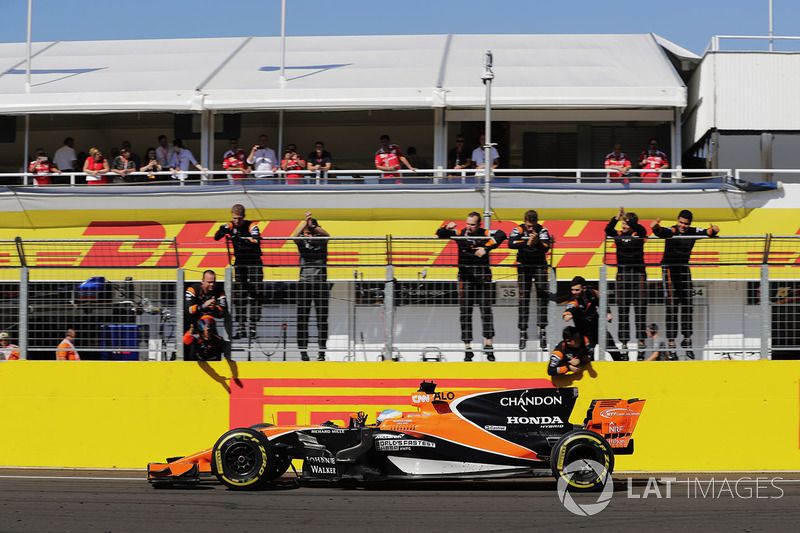 Fernando Alonso, McLaren MCL32, receives congratulations from his colleagues after finishing sixth