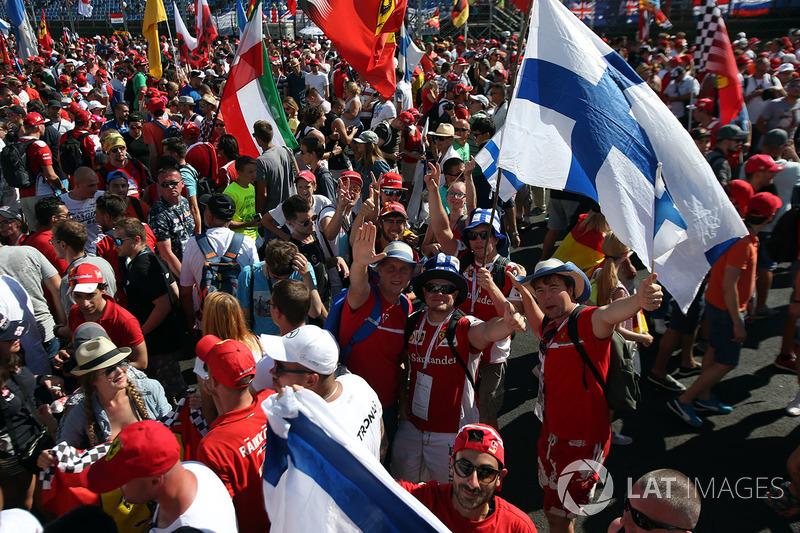 Los fanáticos de Ferrari y banderas en las celebraciones del podio