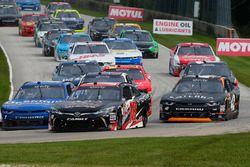 Christopher Bell, Joe Gibbs Racing Toyota ed Elliott Sadler, JR Motorsports Chevrolet