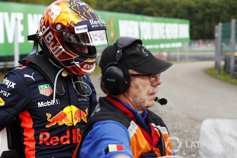 Max Verstappen, Red Bull Racing su una moto dopo il ritiro