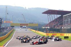 Sergio Sette Camara, MP Motorsport guida il gruppo in curva 1