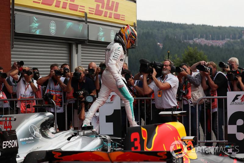 Il vincitore della gara Lewis Hamilton, Mercedes-Benz F1 W08 festeggia nel parco chiuso