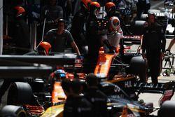Fernando Alonso, McLaren MCL32, Stoffel Vandoorne, McLaren MCL32, dans les stands