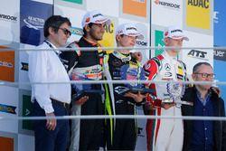 المنصة: الفائز بالسباق لاندو نوريس، كارلين، المركز الثاني جيهان داروفالا، كارلين، المركز الثالث ميك