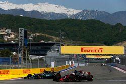 Romain Grosjean, Haas F1 Team VF-17; Lewis Hamilton, Mercedes AMG F1 W08