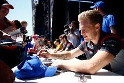 Kevin Magnussen, Haas F1 Team, firma de autógrafos con Romain Grosjean, Haas F1 Team
