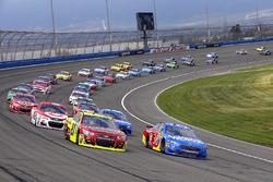 David Ragan, Front Row Motorsports Ford and Paul Menard, Richard Childress Racing Chevrolet restart