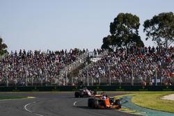Fernando Alonso, McLaren MCL32, devant Esteban Ocon, Force India VJM10