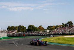 Daniil Kvyat, Scuderia Toro Rosso STR12 y Antonio Giovinazzi, Sauber C36