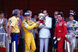 Podio: ganador de la carrera Ayrton Senna, Team Lotus, tercer lugar Michele Alboreto, Ferrari, segundo lugar Nelson Piquet, Williams mientras que el jefe de Lotus Peter Warr se encuentra junto a Senna a recoger el Premio de constructores