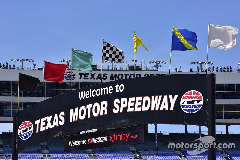 Banderas y cartel de Texas Motor Speedway