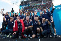Podium: Racewinnaar Sébastien Buemi, Renault e.Dams viert feest met het team