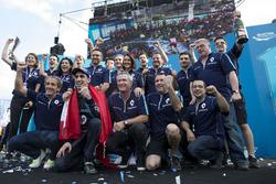 Podium : le vainqueur Sébastien Buemi, Renault e.Dams fête sa victoire avec l'équipe