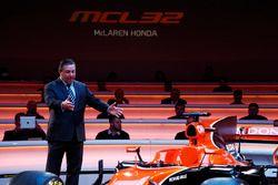 McLaren-Chef Zak Brown mit dem McLaren MCL32