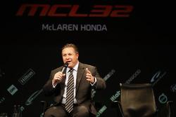 Zak Brown, directeur exécutif McLaren Technology Group, est interviewé sur la scène