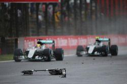 Lewis Hamilton, Mercedes AMG F1 W07 Hybrid y Nico Rosberg, Mercedes AMG F1 W07 Hybrid pasan restos d