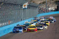 Relance : Alex Bowman, Hendrick Motorsports Chevrolet, Joey Logano, Team Penske Ford lead