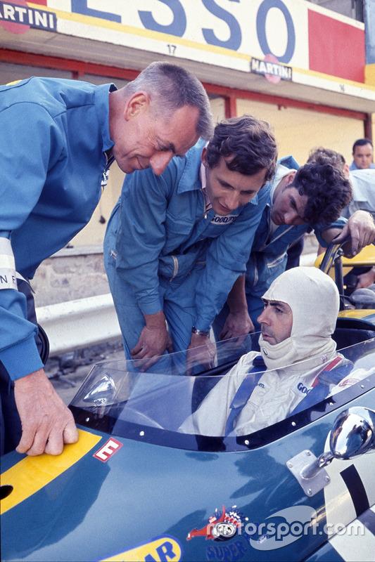 Jack Brabham, Brabham BT33 Ford, charla con un joven Ron Dennis en los pits