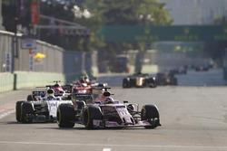 Серхио Перес, Sahara Force India F1 VJM10, и Фелипе Масса, Williams FW40