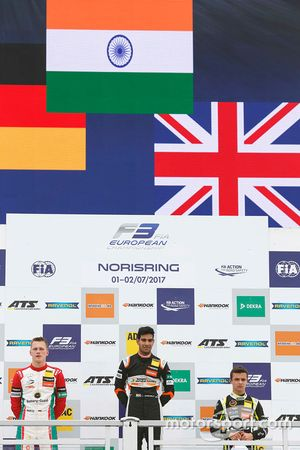 Podium: winnaar Jehan Daruvala, Carlin, tweede Maximilian Günther, Prema Powerteam, derde Lando Norr