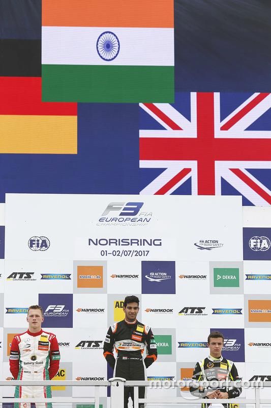 المنصة: الفائز بالسباق جيهان داروفالا، كارلين، المركز الثاني ماكسيميليان غونتر، بريما، المركز الثالث