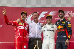 Podio: il vincitore della gara Valtteri Bottas, Mercedes AMG F1, il secondo classificato Sebastian
