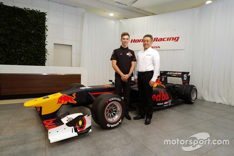 Pierre Gasly bersama Masashi Yamamoto, General Manager Motor Sports Division Honda