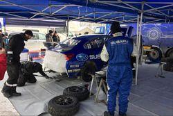 Subaru Rally Team Canada mekanikeri, Antoine L'Estage'in otomobilinde çalışıyor
