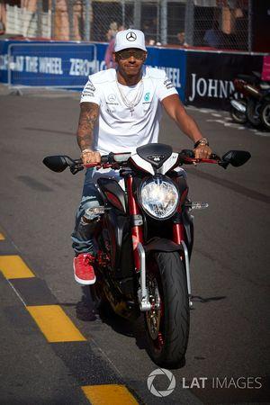 Lewis Hamilton, Mercedes AMG F1 en su moto
