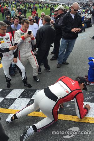 Robert Wickens, Chris Cumming, Remo Ruscitti, Starworks Motorsports, signing the start/finish line