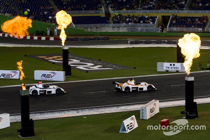 Sebastian Vettel, supera a Tom Kristensen, conduce el Radical SR3 RSX on track