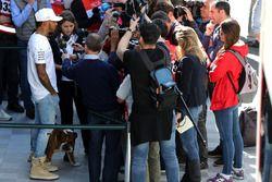 Lewis Hamilton, Mercedes AMG F1 W08 con los medios