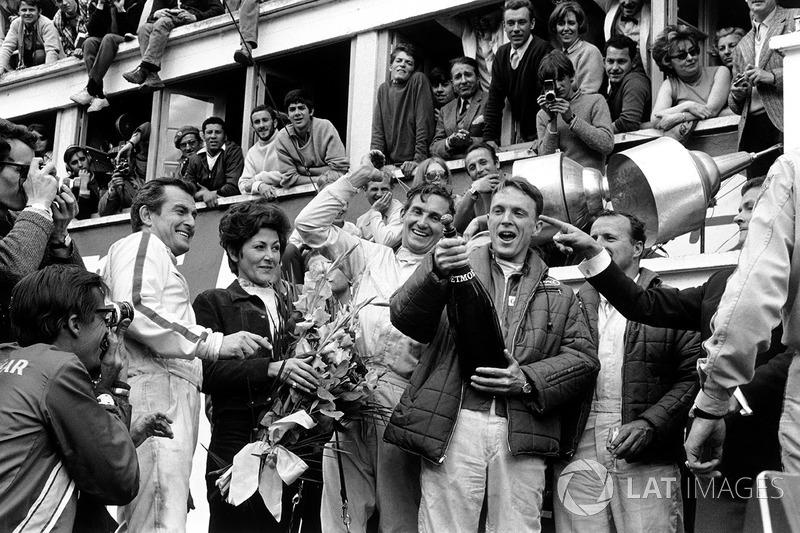 Дэн Герни на вершине пьедестала в Ле-Мане. Так родилась традиция обливаться шампанским на подиуме