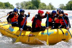 Pilotos de Red Bull hacen rafting en el río: Daniel Ricciardo, Max Verstappen, Daniil Kvyat y Carlos Sainz, Jr.