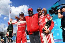 Felix Rosenqvist, Mahindra Racing, Dilbagh Gill e Nick Heidfeld, Mahindra Racing, festeggiano sul po
