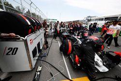 Инженеры Haas F1 Team готовят VF-17 Кевина Магнуссена