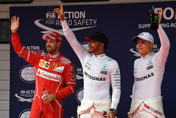 Себастьян Феттель, Ferrari, обладатель поула Льюис Хэмилтон, Mercedes AMG F1, и Валттери Боттас, Mercedes AMG F1