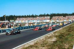 Старт гонки: впереди Марио Андретти, Lotus 79 Ford, за ним – Джон Уотсон и Ники Лауда, Brabham BT46B Alfa Romeo