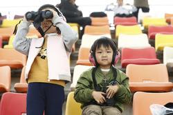 Junge Fans, Kinder mit Ferngläsern