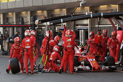 Kimi Raikkonen, Ferrari SF70H pits, rear puncture