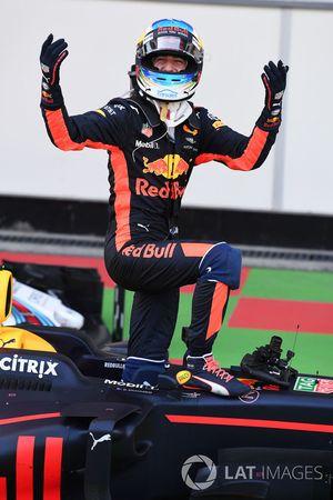Le vainqueur Daniel Ricciardo, Red Bull Racing RB13 fête sa victoire dans le Parc Fermé