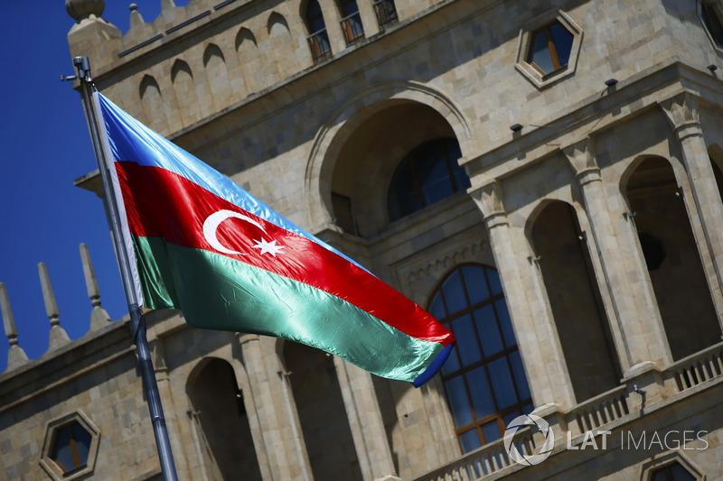 La bandiera Azerbaijan davanti a un edificio storico